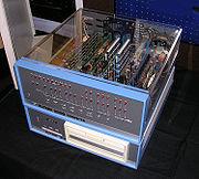 Altair 8800 Computer dengan floppy disk berukuran 8 inch