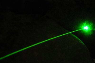 pointer laser yang dihasilkan sangat kuat, tidak hanya nampak titik sumber, namun juga garis sinarnya